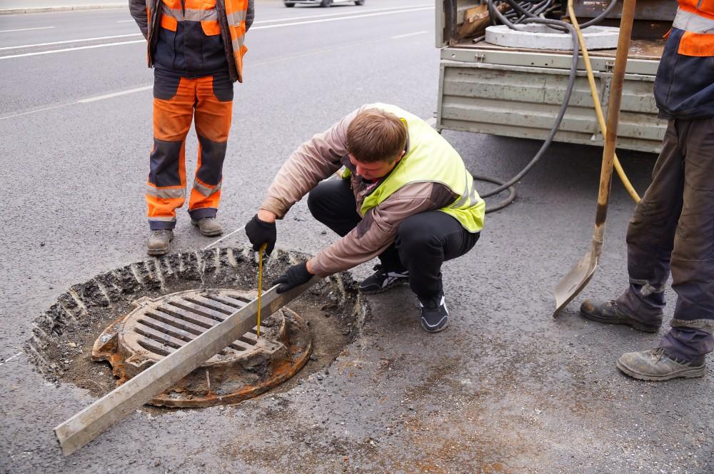 В Новополоцке пообещали разобраться с заниженными люками на проезжей части