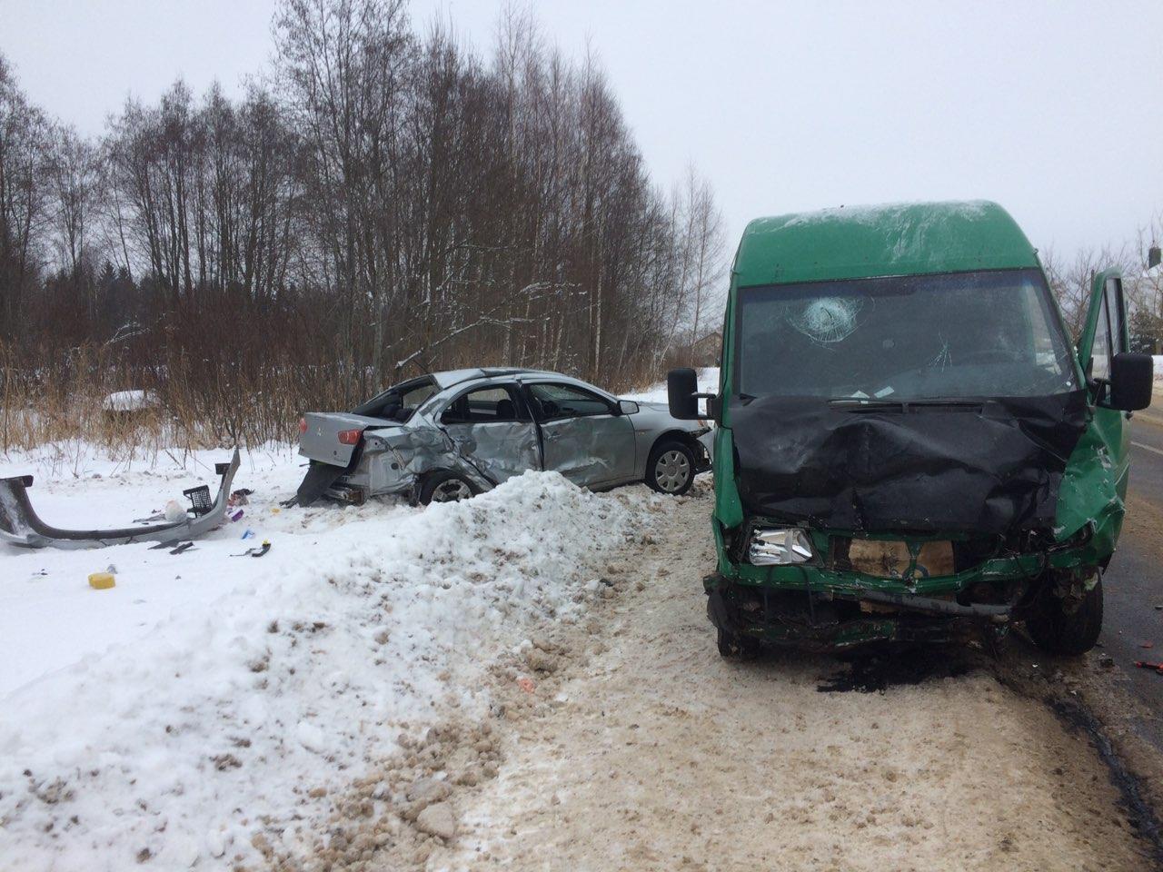 Микроавтобус столкнулся с Mitsubishi на выезде из Новополоцка, есть пострадавший (обновлено)